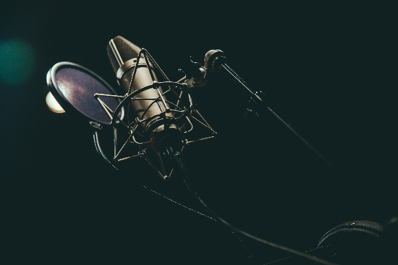 studio inregistrare microfon fundal lumina difuza